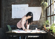 Концепция идей домашнего офиса коммерсантки вскользь творческая Стоковая Фотография