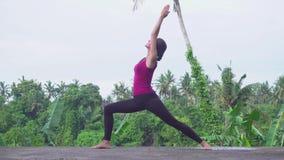 Концепция йоги Молодая женщина практикует йогу на Бали акции видеоматериалы