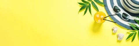 Концепция каникул перемещения лета Striped шляпа и солнечные очки на желтом цвете стоковая фотография rf