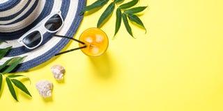 Концепция каникул перемещения лета Striped шляпа и солнечные очки на желтом цвете стоковые фото