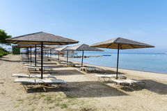 Концепция каникул - зонтики пляжа и sunbeds на песчаном пляже Стоковая Фотография RF