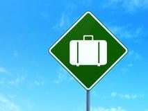 Концепция каникул: Сумка на предпосылке дорожного знака Стоковое фото RF