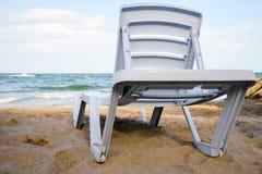 Концепция каникул, Sunbed на тропическом пляже Стоковое Изображение