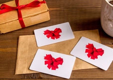 Концепция карточек подарка на деревянном взгляд сверху предпосылки Стоковая Фотография RF