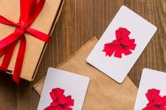 Концепция карточек подарка на деревянном взгляд сверху предпосылки Стоковая Фотография