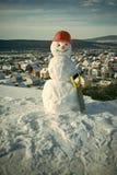 Концепция карточки зимы Построитель снеговика в зиме в шлеме Стоковое Изображение RF