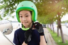 Концепция катания безопасности Счастливая азиатская девушка перед ехать на motorbik стоковое изображение