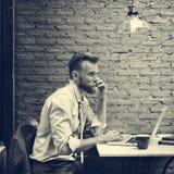 Концепция кафа телефонного звонка бизнесмена черно-белая стоковые изображения