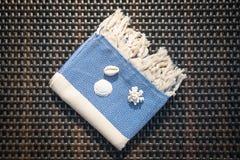 Концепция квартиры кладет голубое и белое турецкое полотенце на lounger ротанга Стоковое фото RF