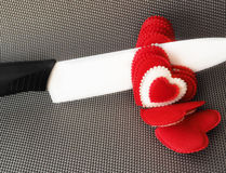 Концепция Керамический нож режет красные валентинки сердец Стоковые Изображения