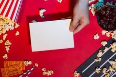 Концепция кино Clapperboard, билет и попкорн на красном backgrou стоковое изображение rf