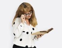 Концепция книги дамы чтения зрелого дела стоковая фотография