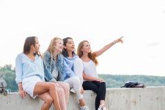 Концепция команды приятельства друзей подростков разнообразия стоковая фотография rf