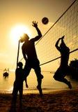 Концепция команды праздника захода солнца волейбола пляжа Стоковое Изображение