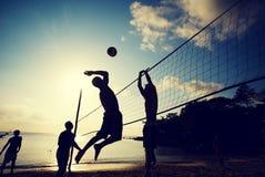 Концепция команды праздника захода солнца волейбола пляжа Стоковая Фотография RF