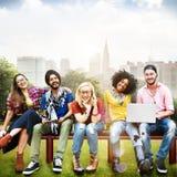 Концепция команды приятельства друзей подростков разнообразия стоковые фото