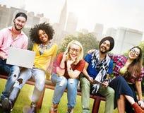 Концепция команды приятельства друзей подростков разнообразия стоковые изображения rf