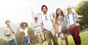 Концепция команды приятельства друзей подростков разнообразия стоковая фотография