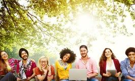 Концепция команды приятельства друзей подростков разнообразия стоковые фотографии rf