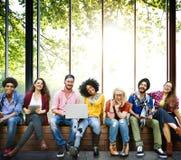 Концепция команды приятельства друзей подростков разнообразия стоковое изображение