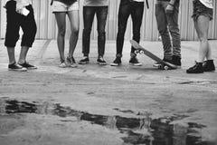 Концепция команды спорта скейтборда приятельства людей весьма Стоковые Изображения RF