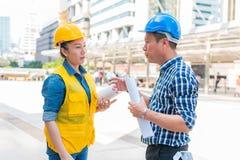 Концепция конструкции и инженера Рабочий-строитель в protec стоковые фотографии rf