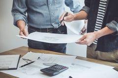Концепция конструкции и структуры встречи инженера или архитектора для работы над проектом с инструментами партнера и инженерства стоковые фотографии rf