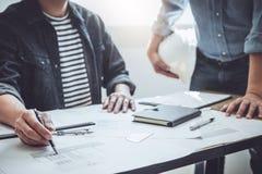 Концепция конструкции и структуры встречи инженера или архитектора для работы над проектом с инструментами партнера и инженерства стоковые изображения rf