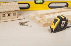 Концепция конструкции, модельный дом, инструменты, ключи Скопируйте космос для текста Стоковые Изображения RF