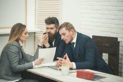 Концепция консультаций по бизнесу Деловые партнеры или бизнесмены на встрече, предпосылке офиса абстрактные переговоры бизнеса мо Стоковая Фотография