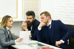 Концепция консультаций по бизнесу Деловые партнеры или бизнесмены на встрече, предпосылке офиса Юрист или бухгалтер дамы Стоковое Изображение