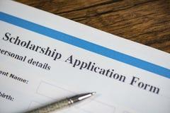 Концепция контракта документа формы для заявления стипендии с ручкой для образования даров стоковое фото
