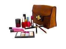 Концепция косметик для женщины с кожаной сумкой 3d представить на белизне иллюстрация штока