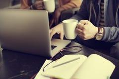 Концепция кофейни бизнесмена работая занятая стоковые фото