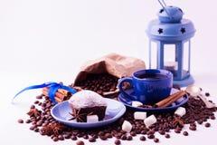 Концепция кофе на белой предпосылке Чашка кофе и a Стоковая Фотография