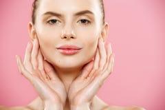 Концепция красоты - красивая женщина с чистым свежим концом кожи вверх на розовой студии Девушка кожи Face cosmetology Стоковая Фотография