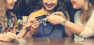 Концепция кредитной карточки молодых женщин ходя по магазинам Стоковое Фото