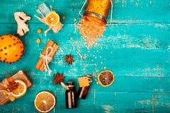 Концепция курорта на деревянной предпосылке: Ароматичные масла, соль, мыло, цитрус, свечи циннамона Стоковое Изображение RF