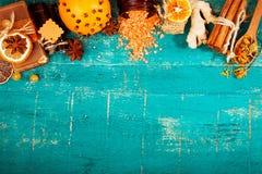 Концепция курорта на деревянной предпосылке: Ароматичные масла, соль, мыло, цитрус, свечи циннамона Стоковые Фото