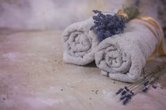 Концепция курорта, полотенца с цветками лаванды Стоковое фото RF