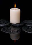 Концепция курорта свечи на камнях Дзэн с падением Стоковые Изображения RF