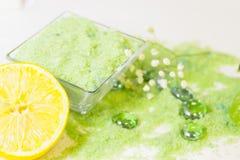 Концепция курорта с зеленой солью для принятия ванны Стоковые Фото
