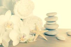 Концепция курорта с штабелированный камней, морских звёзд, белых цветков Стоковое фото RF