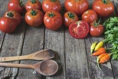 концепция кухни Группа в составе свежие томаты, перцы чилей, деревянные Стоковые Фотографии RF
