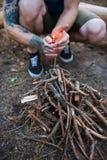 Концепция леса природы туризма подготовки костра Стоковые Изображения RF