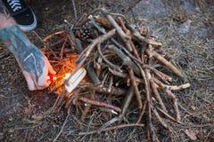 Концепция леса природы туризма подготовки костра Стоковая Фотография RF