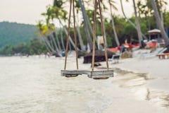 Концепция лета, перемещения, каникул и праздника - отбросьте вид от c стоковое фото