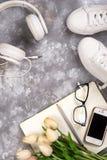 Концепция летнего отпуска: smartphone, белые тапки, блокнот, наушники, ручка Стоковое Изображение RF