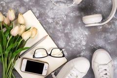 Концепция летнего отпуска: smartphone, белые тапки, блокнот, наушники, ручка Стоковая Фотография RF