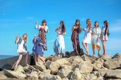 Концепция летних каникулов, праздников, перемещения и людей - группа в составе усмехаясь молодые женщины на пляже Стоковая Фотография RF